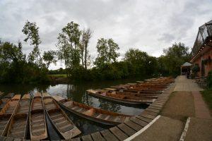 [Weitwinkliges Foto von Booten an einem Fluss]