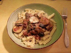 Nudeln mit Oliven und Zucchini