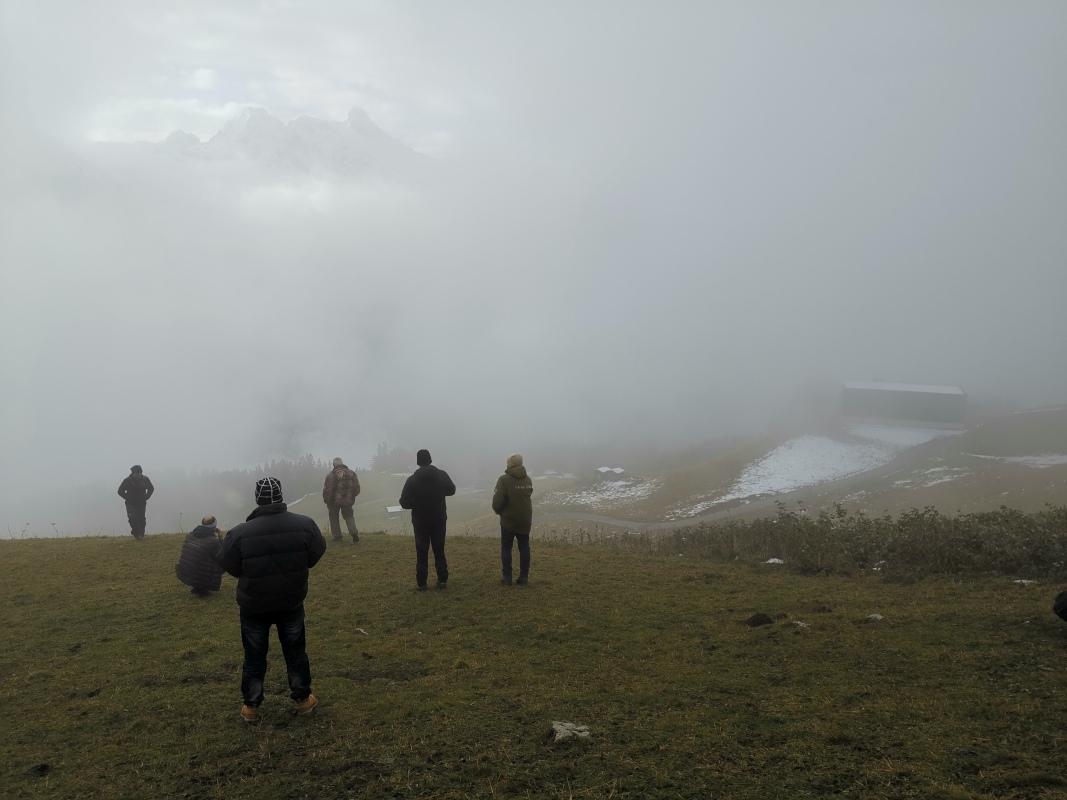 Nebel und wartende Personen