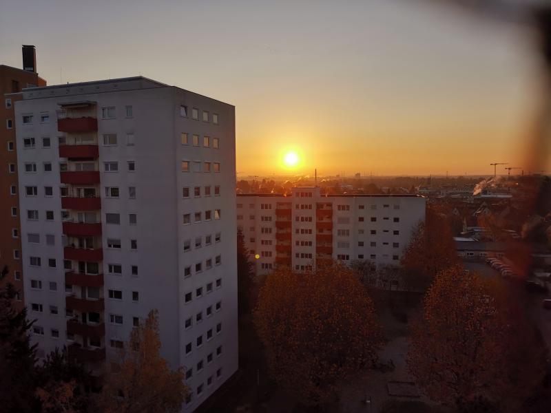 Sonnenaufgang mit orangefarbener Sonne