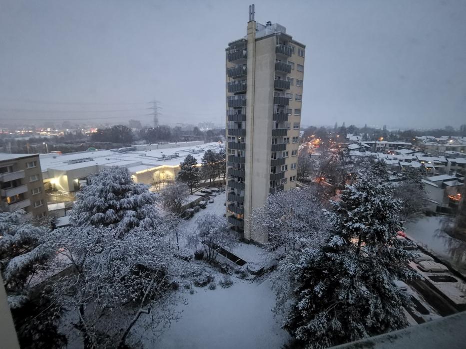 Schnee und Hochhaus