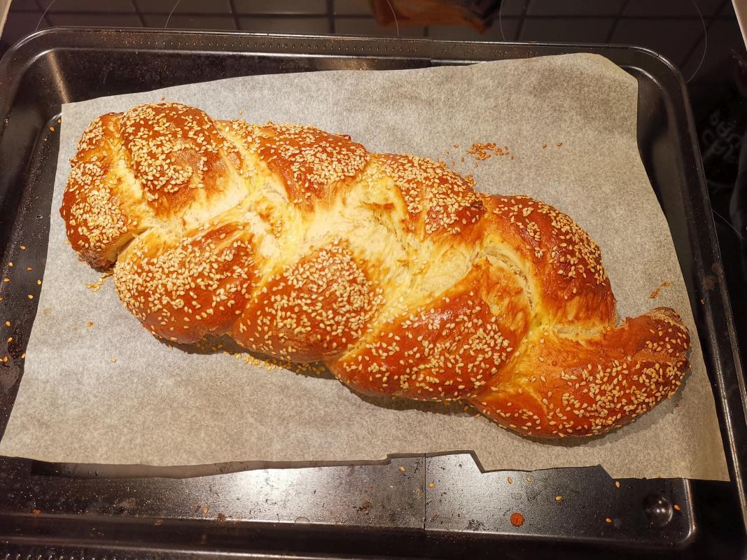 Challah-Brot auf einem Backblech
