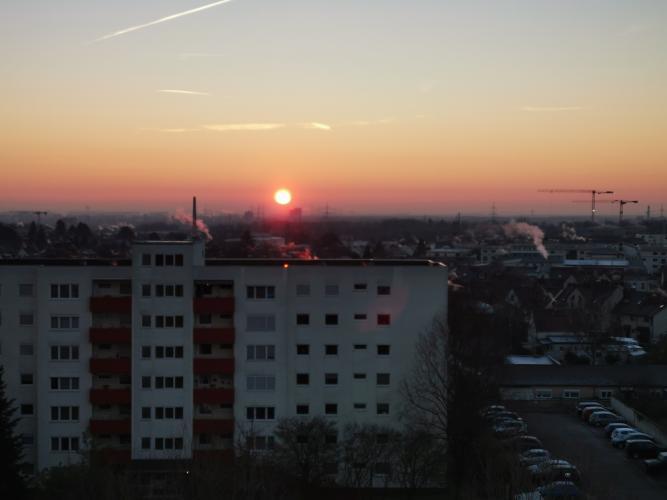 Orangefarbene Sonne über dem Horizont