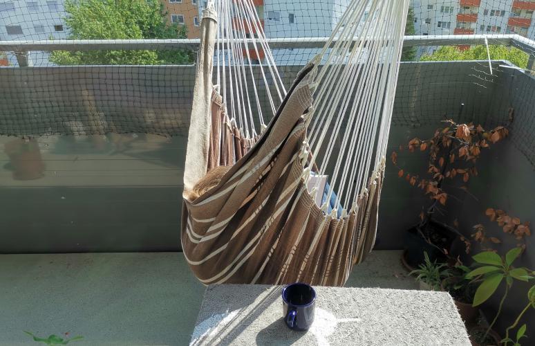 Hängestuhl auf dem Balkon